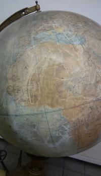 مرمت کره جغرافیایی قرن نوزدهم که در موسسه باستان شناسی نگهداری می شود.