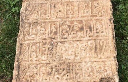 مطالعه سنگ قبر مکشوفه در تاقبستان توسط آقای عمادالدین شیخالحکمایی مسئول بخش کتیبهها و اسناد موسسه باستانشناسی